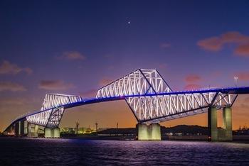 東京ゲートシティは中央防波堤外側埋立地と江東区若洲を繋ぐ橋。個性的なデザインから東京の夜景の新スポットとして年々人気を集めています。橋のデザインは、航空法の橋の高さ制限と、船舶が通行可能な桁下の高さを確保するためなのだそう。橋のライトアップは月毎にメインカラーが変わるので、何度行っても楽しむことができるスポットです。若洲海浜公園からの眺望がおすすめです。