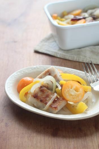 """こちらは冬に旬の時期を迎える""""金柑""""を使った「カジキと金柑のエスカベッシュ」。""""エスカベッシュ""""とはフランス版の南蛮漬けのことで、ワインのおつまみとしても人気の料理です。彩の綺麗なエスカベッシュは、普段の食事はもちろん、おもてなしにもおすすめの一品です。"""