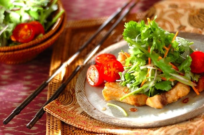 和・洋さまざまな料理に活躍するカジキは、エスニック料理との相性も抜群です。こちらはメカジキのフライを主役にした、彩の綺麗な「エスニックサラダ」。トマトやパクチー、玉ねぎや人参などのお野菜もたっぷり入って、ボリューム満点の一品です。