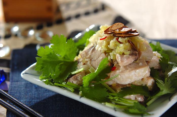 香味野菜をたくさん使った「メカジキのエスニックステーキ」は、パクチー好きな方にぜひおすすめの一品です。ソテーしたメカジキにスパイシーなネギソースがよく絡んで、食欲をそそります。見た目は豪華ですが、作り方はとっても簡単です◎。