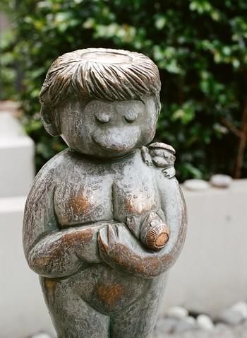 足下と胸、肩に赤ちゃん河童がしがみついている「安産子育河童」は、ほのぼのとした姿が印象的です。安産・子授けのほか、赤ちゃんの健康祈願などに連日多くの方が訪れる神社です。