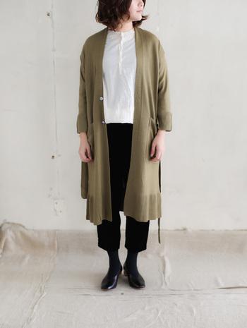 また、首のつまったデザインのシャツなどもよく似合うのが細身さん。すらっとした体形をより際立たせてくれます。