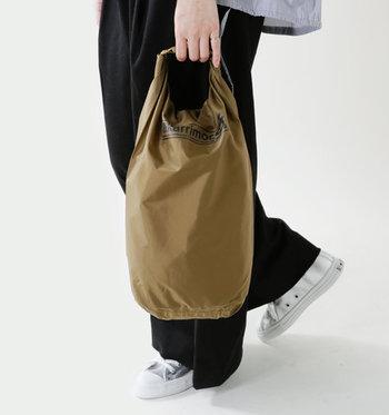 耐水加工が施されたナイロンバッグは、雨でも気にせず使うことができます。コンパクトに折りたためるので、サブバッグにぴったりです。