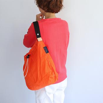 カラーバリエーション豊富なナイロンバッグ。口に紐がついていて、巾着のように絞って使えます。シンプルな形で、くるくる丸めてコンパクトに持ち運ぶことができます。