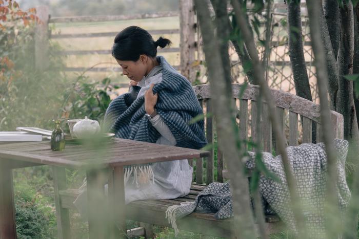 【 KLIPPAN(クリッパン)/ブランケット 】 ニュージーランド産のウール100%生地で作られたこちらのブランケットは、殺虫剤を使わず育てられた羊の毛だけを使ったこだわりの逸品です。肌触りは柔らかいのに、ラグとしても使えるほど丈夫で長持ち。寒い日の寝具にプラスしたり、膝掛けや肩掛けとしても重宝します。一枚羽織っただけでしっかりとあたたかい、一生もののブランケットです。