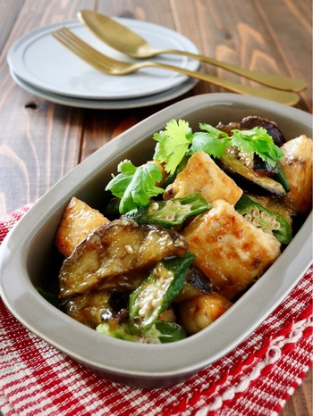 こちらはメカジキに、茄子とオクラを合わせた「エスニック炒め」です。お魚とお野菜が一緒に摂れて栄養満点。ナンプラーやオイスターソースで作った甘辛タレが絡み、ご飯がすすむ一品です。