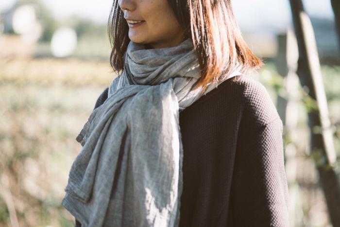 綿100%でふわふわなガーゼショールは、天然染料で染められています。シンプルでかっこいいショールは、一枚あるといろいろなシーンに対応でき、男女問わず使えます。ハーフサイズとフルサイズの2種類あります。