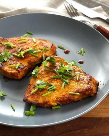 こちらはニンニク・生姜・カレー粉などで味付けした、スパイシーな南インド料理「フィッシュフライ」です。スパイスをしっかり馴染ませて焼いたカジキは、ご飯との相性も抜群です。カジキは1時間以上マリネしてから焼いたほうが、より美味しく仕上がるそうです。