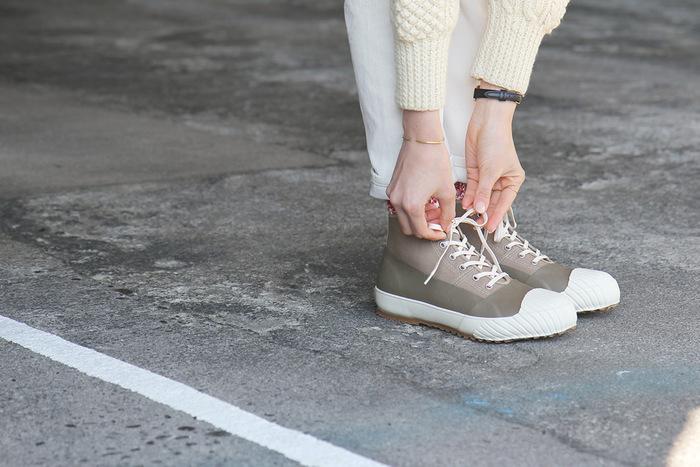 特殊なコーティング剤を使った生地で、タフな仕上がりのスニーカー。雨や泥も平気なのに、女性らしいファッションとも合わせやすいデザインです。