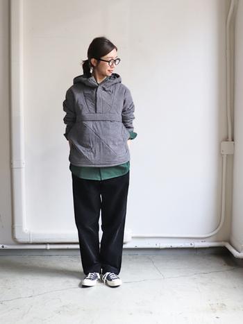 中綿入りのアノラックは、しっかりとした保温性がありながらも通気性とストレッチ性に優れています。フロントポケットに本体をしまえて、コンパクトになるのも魅力です。