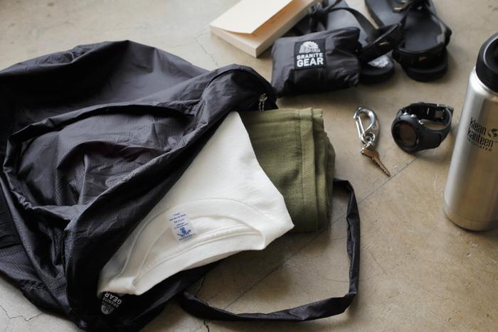 超軽量のシルナイロンという素材を使った、パッカブルタイプのショルダーバッグ。シリコンコーティングを表だけでなく、裏面や繊維にまで浸透させているので、濡れたものを入れても大丈夫。