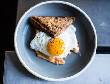 上でご説明のとおり、まず、朝は少し早めに起きて、しっかりと食事をしましょう。  始めから「ごはん、お味噌汁、おかず」というメニューはハードルが高いので、例えば、手軽に作れるサンドイッチから始めてみませんか。  朝ごはんを食べることに慣れてきたら、少しずつ食材を足していきましょう。たとえば、チーズやヨーグルトなどの乳製品、洗うだけですぐに食べられるトマトなどの野菜、卵などのタンパク質など。無理のない範囲で、少しずつ増やしていけるといいですね。