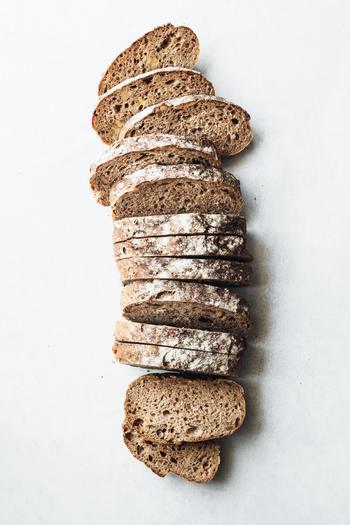 パンを選ぶなら、胚芽パンや全粒粉のパンをセレクト。 白米は、胚芽米や玄米を選ぶとよいでしょう。  これらの食材には、代謝を促すビタミンB1などが多めに含まれているのがよいところ。さらに噛みごたえがある、ゆっくりと時間をかけていただける食べ物なので、血糖値の上昇も緩やかになります。