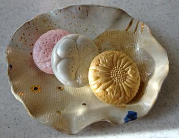とらやの和菓子は羊羹なども美味しいのですが、最中はとくにおすすめです。三種類ある最中は、「御代の春 紅、白」「弥栄」といい、名前まで素敵ですね。「弥栄」に使われている菊の花は気高くおめでたい花であることから、年末年始の手土産にもぴったりですね。