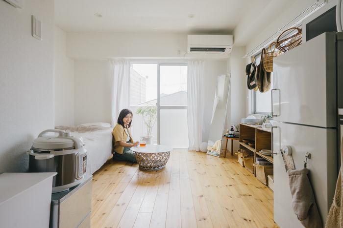 狭い部屋は、色の選び方でも印象が大きく変わります。部屋を広く見せるには、カーテンやラグ、家具や家電などを「白」で統一しましょう。また、家具は低めのもので揃えると圧迫感が軽減されます。