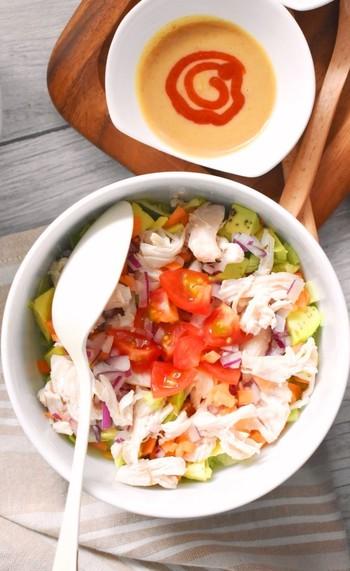 パスタ、ラーメンなど、糖質たっぷりの主食のときにおすすめ。タンパク質と野菜を摂れるサラダです。  鶏肉を茹でて野菜を切ったらあえるだけで完成。  ぜひ、一口目はお肉ではなく野菜(食物繊維)からどうぞ。血糖値の上昇が穏やかになるので、まず野菜サラダから食べるのはおすすめです。