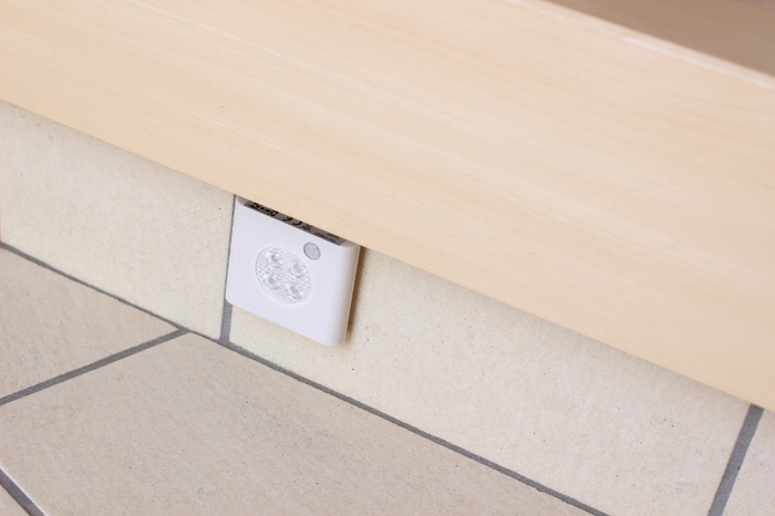 間接照明を取り入れれば、ホテルのようなおしゃれな雰囲気に。 IKEA(イケア)の「OLEBY(オーレビー)」ならお手頃♪センサー付きなので、自動で点灯&消灯するのも便利です。