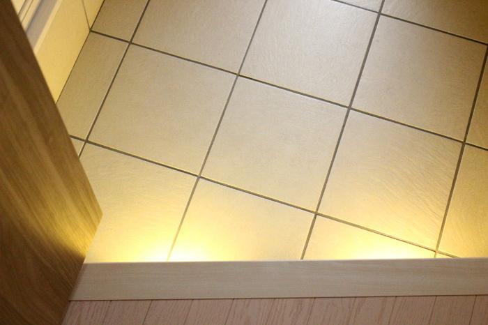 日が落ちて帰宅したときに、自動的に灯りがともる実用性も兼ねています。下駄箱に利用するのもおすすめです。