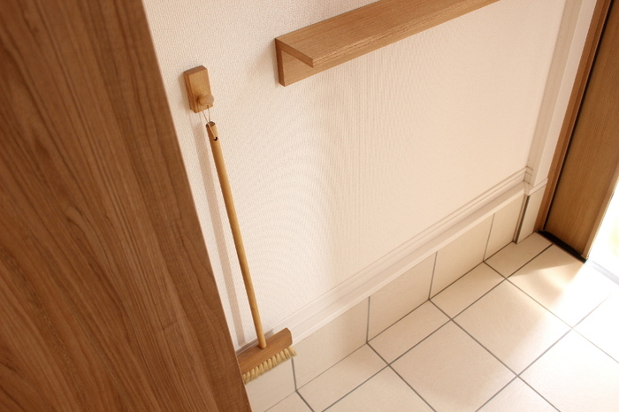 玄関は限られているもの。収納スペースが狭く困っている方も多いはず。 収納場所を増やしたいなら、壁面を利用するのがおすすめ。床にモノがないことでスッキリと見せることもできます。  ほうきやブラシを掛けて収納すれば、出し入れもしやすく使い勝手も◎ フックや道具もナチュラルカラーで統一して、すっきりとまとまり感のある玄関になります。