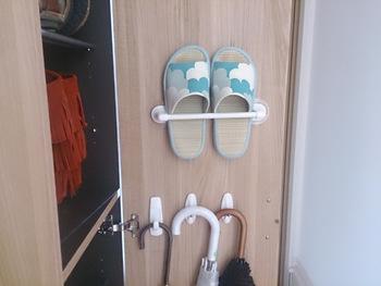 スリッパは、玄関で場所を取りがちなアイテム。スリッパラックを置くと、かなりの場所を占領してしまいます。そこで毎日使用するスリッパも、下駄箱の扉に掛けて収納するのがおすすめです。