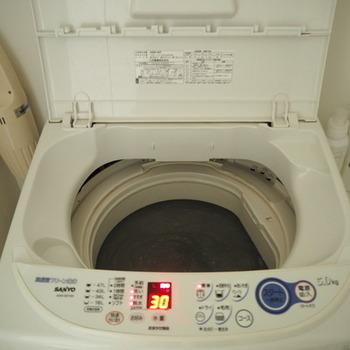 洗濯槽に水またはお湯と洗剤を入れましょう。重曹の場合は1カップ程度の量です。通常モードの洗いコースで数分回してから数時間放置します。  洗剤を入れるタイミングや放置時間などは、洗剤によって異なる場合もあるので、まずは洗剤の説明書きを読んで確認してから開始しましょう。「重曹とクエン酸(3:1の割合)」を使う場合は、半日~一晩程度放置するのがベスト。