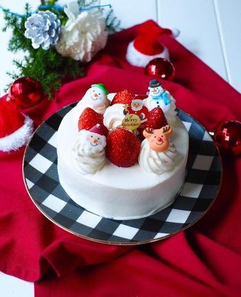 大きなケーキはちょっと食べれないかも…という方は、こちらの12cmレシピをどうぞ。いちごをたくさん乗せられなくてもキュートなクリスマスの砂糖菓子を乗せて手軽にクリスマスらしく♪