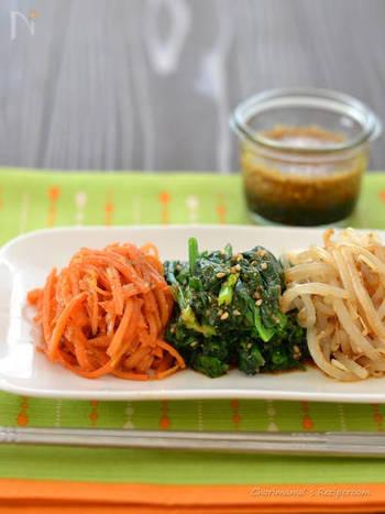 こちらも、食物繊維がとれる、いつもの副菜の一品に。  にんじんやほうれん草、もやし、なす、大根、小松菜など・・。こちらの「ナムルだれ」はあらゆる野菜に万能。冷蔵庫にあまっている、悩みのタネになりがちな野菜たちも、ナムルにすれば、きれいに食べれるのではないでしょうか*  発酵食品のキムチを添えてもいいですね。