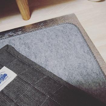 さらに冷えが気になるときには、カーペットの下に断熱シートや床用の保温シートを敷いてみるのも◎ 薄手のものから、ふっくらと厚みのあるものまでさまざまな種類があるので、好みに合わせて選んでみては?