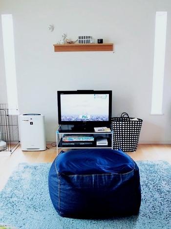 スペースを取ってしまうソファは、あえて置かないという選択も。部屋が広々とするだけでなく、掃除しやすいのもメリットです。ふかふかのラグを敷いて寝転んだり、ソファ代わりに大きなクッションを置いてみたりするのもおすすめです。