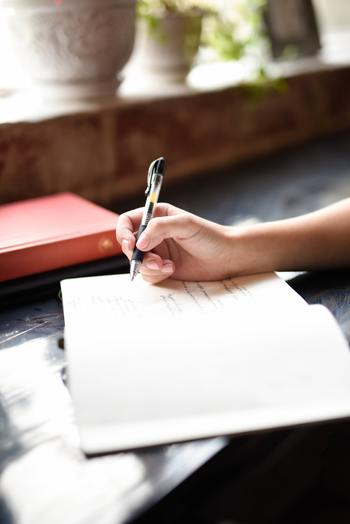 お気に入りのノートを見つけて「ポジティブワードの図鑑」をつくってみましょう。ルールはなし!自由に文字だけではなくイラストも一緒に書けば、開くだけでハッピーがあふれます。