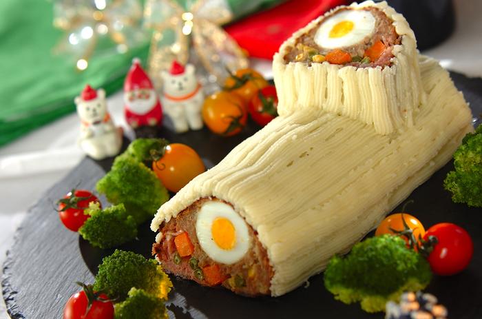 ミートローフをマッシュドポテトでデコレーションしたブッシュ・ド・ノエル。断面に見える卵がアクセントになるので、配置の時に意識してくださいね。大きなお皿にお野菜と一緒に盛りつけて、存在感抜群のメイン料理に♪