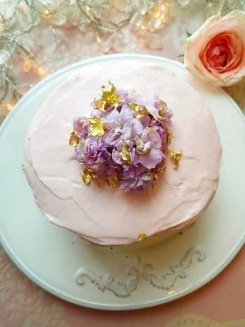 ロマンチックなケーキの正体は、刻んだ野菜をたっぷりサンドした巨大なサンドイッチ!生クリームの代わりにマスカルポーネクリームを使ってナッペします。エディフルフラワーは通販などでも購入できますが、カラフルなプチトマトでもいいかもしれませんね。