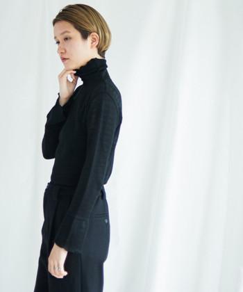 大人っぽいコーディネートができるハイネックデザインのお洋服。いろいろな着こなし方で、季節感のあるスタイリングを楽しんでみてくださいね♪