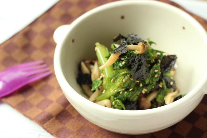 茹でたわさび菜としめじに、ポン酢とごま油と海苔を和えるだけ。和え物は水分が出るので、食べる直前に和えるのがおいしく食べるコツなんですよ。