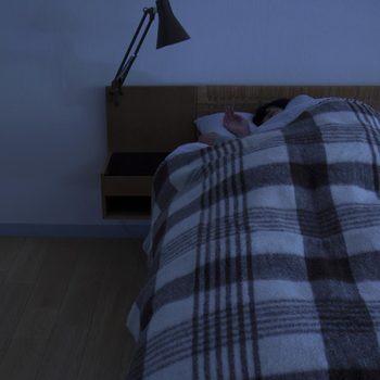 静かで程よい暗さの中で包まれて眠る…誰にみられている訳でもない仕草だけど、これほど大切なことはないはず。