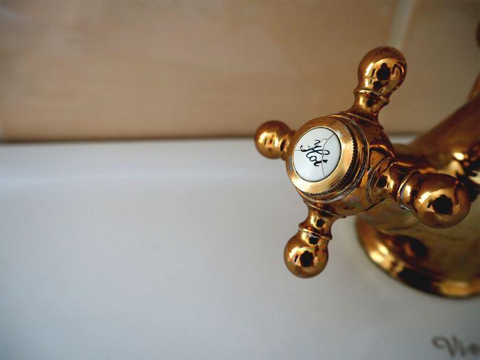 頑固な汚れの場合は、お湯を使っての掃除がおすすめ。お湯の方がより汚れをより落としやすいのだそう。ただ高温すぎると繊維にダメージを与えたり、繊維の種類によってはかえって汚れを溜め込む原因になってしまうので、40~50度くらいを目安にして。洗濯機の取扱説明書に書かれた耐熱温度や使う洗剤の説明書きも確認しながら、水の温度を設定しましょう。