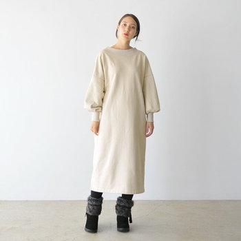 足を入れるだけでおしゃれ感バッチリ!マンネリになりがちなワンピースルックも、雰囲気のある新鮮な着こなしに。