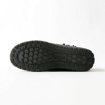 アウトソールの凹凸は溝が深く、着地面をしっかりキャッチ。滑りにくく安定感のある履き心地です。