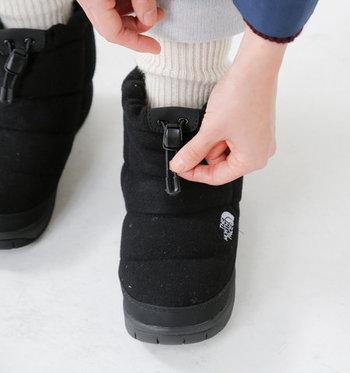 足首にはドローコードを装備。キュッと締めれば、履き口から冷たい空気が入ってくるの防げます。