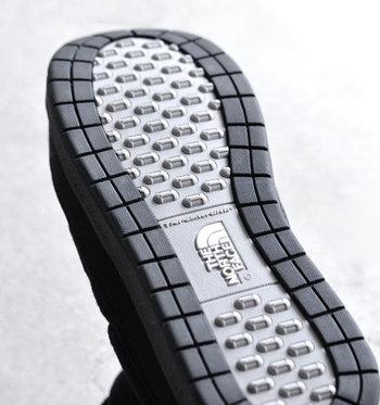 アウトソールには、低温でも硬くなりにくい「ウィンターグリップソールラバー」を使用し、寒い屋外でも軽快な歩行をサポート。雪や雨に強く、アウトドアシーンにも対応できます。