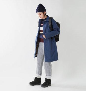スポーティーなルックスで、週末カジュアルをトレンドライクに昇華。パンツにの裾はロールアップして、ドローコードをきちんと覗かせるのがおすすめです。