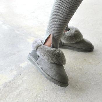 スウェード独特の光沢が、足元におしゃれなニュアンスをプラス。フラットな靴底で歩きやすさも◎。