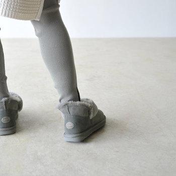 ファーの部分は折り返しになっていて、履き方次第で印象を変えられます。伸ばすと足首までしっかりあったか。