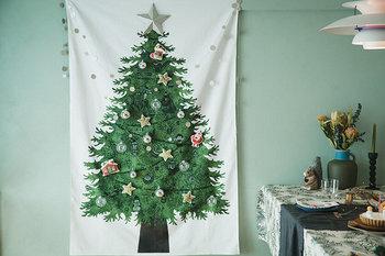 そして大きなクリスマスツリーを飾りたいけどスペース的に難しい…。そんな方には存在感のあるタペストリーがおすすめ。飾るのも、しまうのもラクチンなところがまた嬉しい。これだけでクリスマスムードを一気に高めてくれますよ。