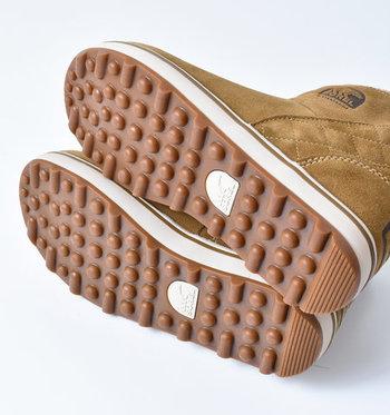 しっかりと凹凸のある靴底は、滑りにくさとソフトなクッション性を実現。アッパーに合わせた色味がおしゃれです。