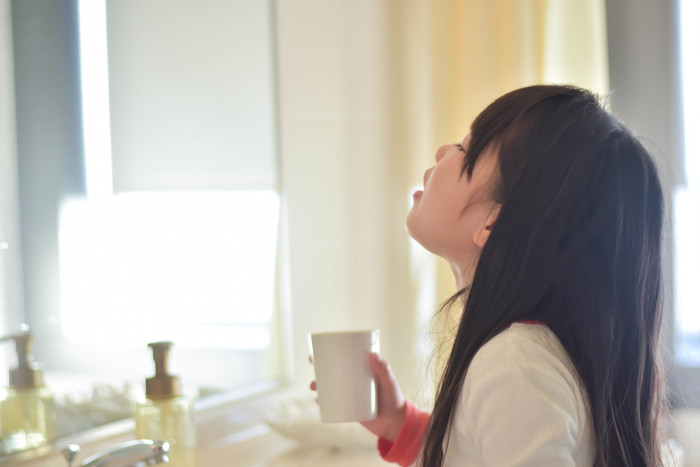 うがいも風邪対策としておすすめですが、いくつか注意点があります。予防の段階で殺菌力の強いうがい薬を使ってしまうと、体を守ってくれ常在菌がいなくなってしまい、かえって風邪を引きやすくしてしまう事も。殺菌作用のある物は喉が痛むなどの症状の時に使い、普段は水うがいでもOKです。(うがい薬を選ぶ際は、薬剤師さんに相談をおすすめします)