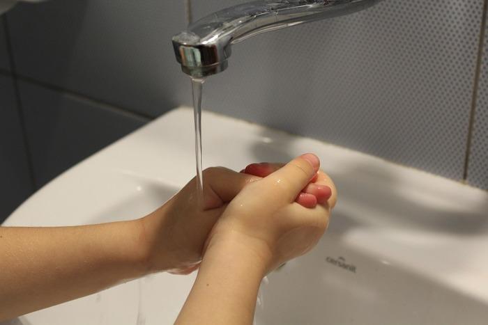 感染症対策として必ず行って起きたいのが帰宅後の手洗いです。病原菌がついた状態で顔に手をやってしまうと、手→顔→口という風に感染症の原因を体内に入れてしまう事にも。