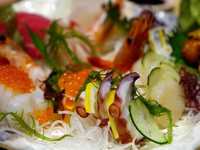 年末年始はイベントでの食事も多くなります。牡蠣やカニと言った旬の海鮮や、ローストビーフなどのお肉料理を口にする機会も増えます。普段なら大丈夫な食べ物でも、疲れている時に食べると体調不良の原因になったり、感染症の発症リスクが高くなります。調子が今ひとつ…という時は、お腹に負担がかかるご馳走は控えた方が安全です。