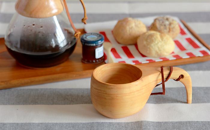 【 スカンジナビスク・ヘムスロイド/ククサ 】 フィンランドの北極圏に暮らす遊牧民たちが伝統的に使ってきた『ククサ』は、「贈られた人が幸せになる」とも言い伝えられている木製のカップ。一生使える贈り物としても大切にされた幸福のアイテムでもあります。木工職人が丹念に仕上げる天然木のククサは肌触りも優しく、手で包み込むとほっこりと癒される風合いです。オイルを塗り込んで使い続けることで、風合いの変化も長く楽しめますよ。