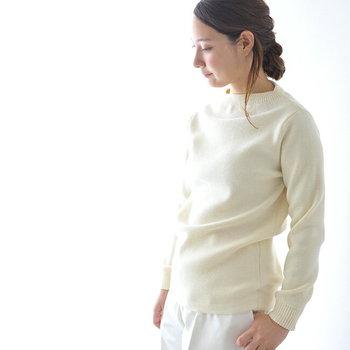 ワードローブに一枚は欲しい真っ白のニット。顔まわりもパッと明るく見せてくれます。伸縮性があり着心地も快適。